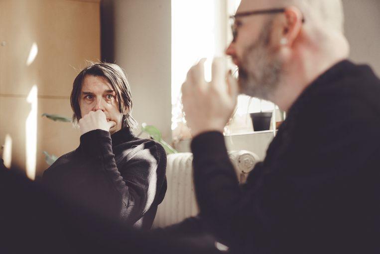 Tijssens (rechts): 'De nieuwe voorstelling is een spiegel. Je krijgt terug wat je erin steekt – alleen hebben wij wat gemorreld aan de kromming van de spiegel.' Beeld © Stefaan Temmerman