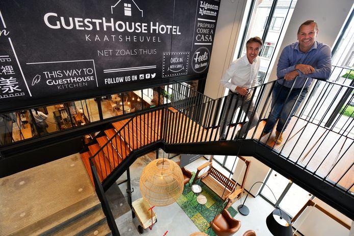 Architect Jouwert Bosma (achter) en opdrachtgever Coen Schelfhorst op de trap van de entree beneden naar de lobby van het hotel op de eerste verdieping.