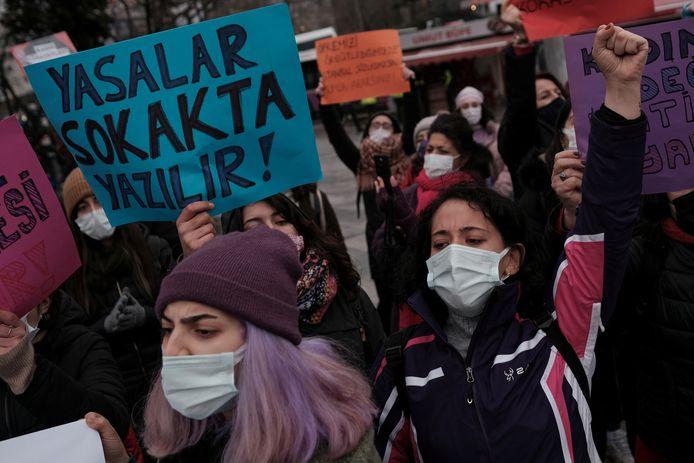 Vrouwen protesteerden gisteren in Istanboel tegen het vertrek van Turkije uit het vrouwenrechtenverdrag.