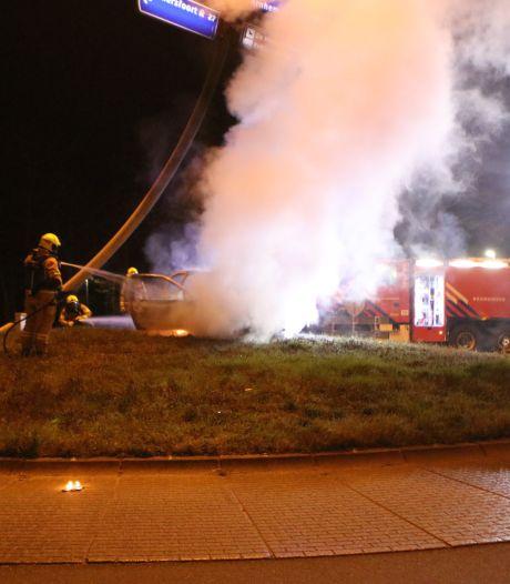 Auto op rotonde gesleept en in brand gestoken