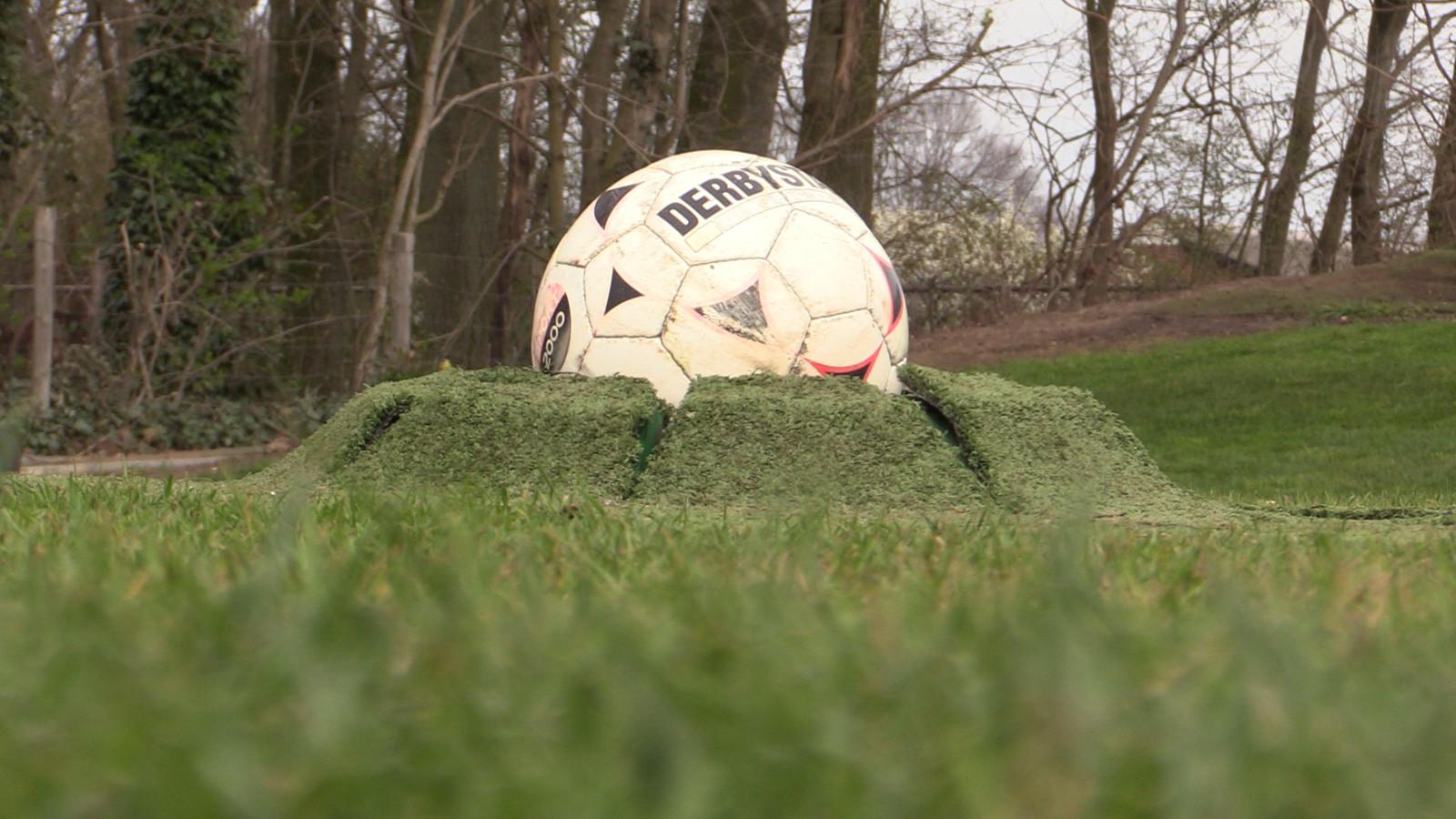 De voetbaluitvindingen van vader Harrie en zijn trotse zoons. Hier zien we de bal die vanuit de grond naar boven komt.