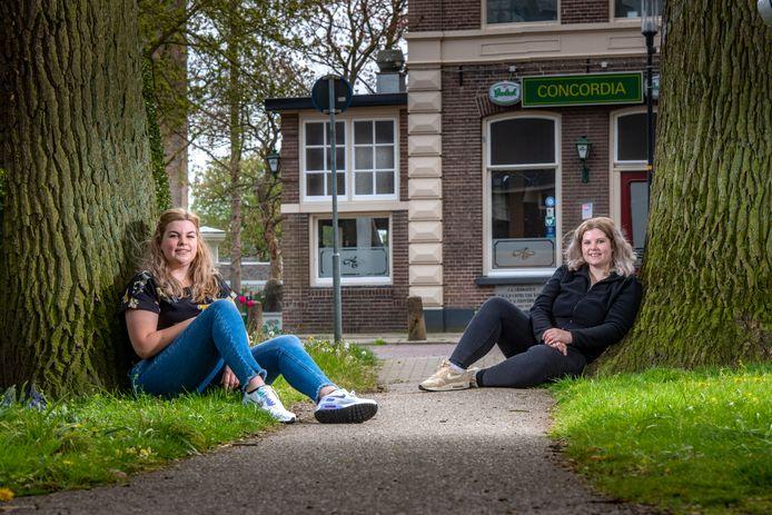 Jongeren Elena Sluimer (links) en Deborah de Grutter (rechts) zijn al lang op zoek naar een sociale huurwoning. Elena woont inmiddels antikraak in voormalig zalencentrum Concordia.