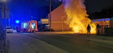 Auto door brand verwoest in Wageningen