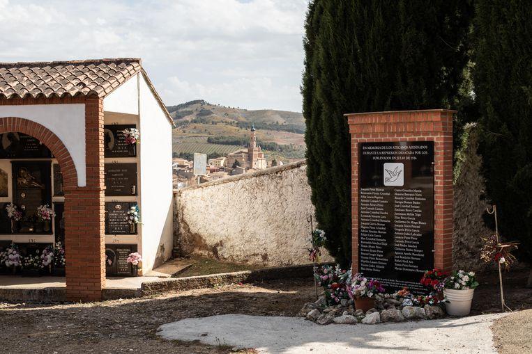 De gedenksteen voor de slachtoffers uit Ateca, die in 1936 werden vermoord. Beeld César Dezfuli