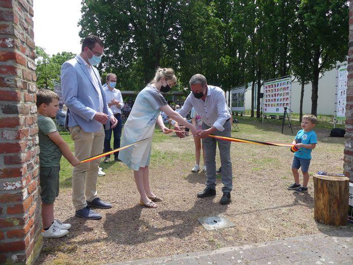 Het lintje werd officieel doorgeknipt door enkele kinderen van de Leiebloem, met hulp van conservator Melanie Deboutte en medewerkers Luc Levrau.