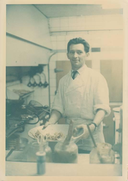 Herman Detmers in zijn snackbar 't Parijse Keldertje.