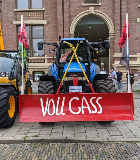 80 trekkers bij de rechtbank in Zutphen om boer Thijs bij te staan: 'Prachtig dat iedereen gekomen is'