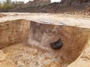 Tijdens het onderzoek zijn meer dan 225 prehistorische grafkuilen gevonden nabij de Udenhoutseweg waarvan op deze afbeelding een zeer fraai voorbeeld te zien is. In de grafkuil, die in profiel te herkennen is als donkere vlek, is een urn van aardewerk bijgezet. Hierin bevinden zich de gecremeerde resten van de dode.