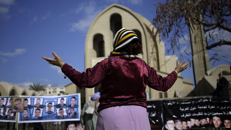Een koptische christen bidt voor de vrijlating van 21 geloofsgenoten, die door IS gevangen zijn genomen (en inmiddels zijn onthoofd). Beeld ap