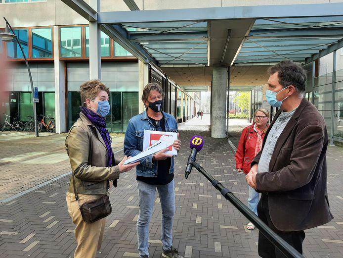 Raadsleden Bea Mieris en Jan van Esch kregen een van de pakketjes bezwaren tegen Wijkevoort overhandigd door gebiedsbewoner Stan Maessen (rechts).