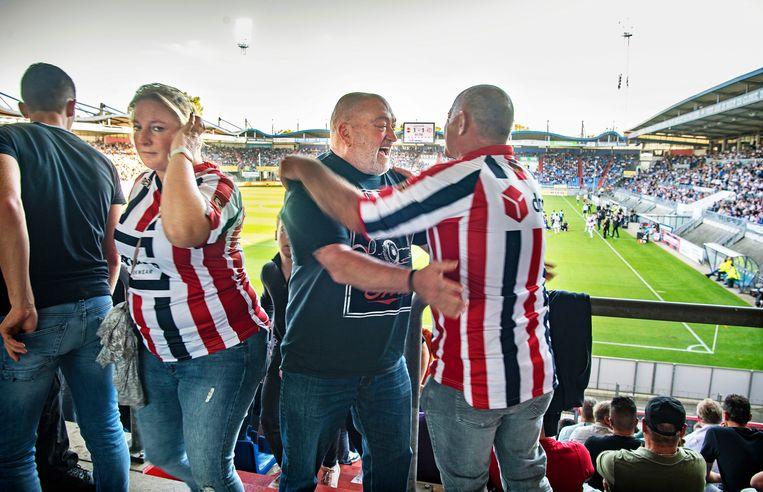 Een weerzien op de tribunes in Tilburg. Beeld Guus Dubbelman / de Volkskrant