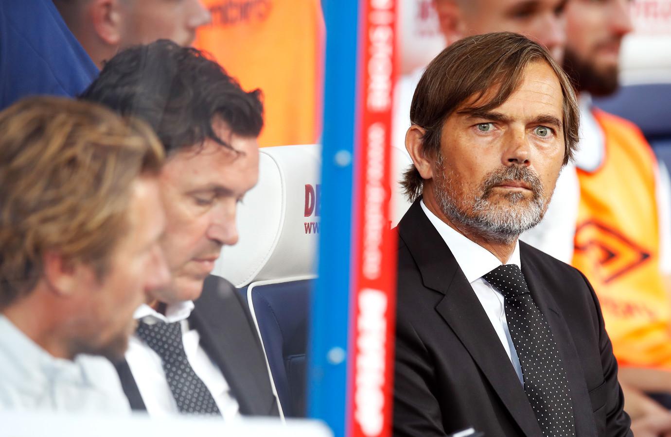 Phillip Cocu, hier naast zijn assistenten Twan Scheepers en Chris van der Weerden, won gisteravond met Derby County met 1-2 bij Huddersfield Town.