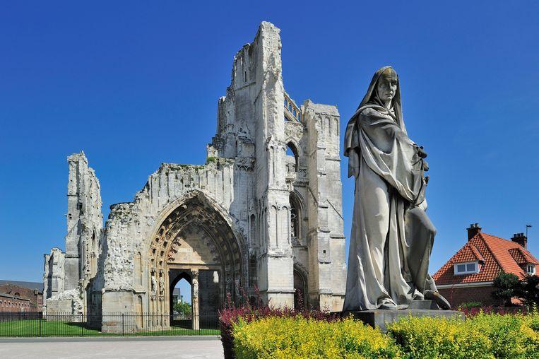 Ruïnes van de Sint-Bertinusabdij met het standbeeld van Suger.