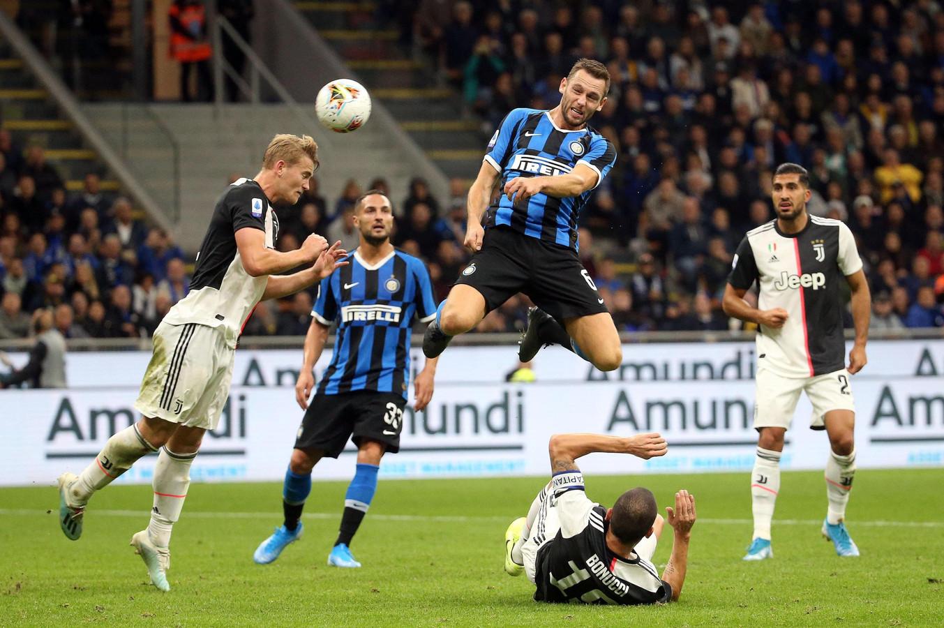 Matthijs de Ligt en Stefan de Vrij tijdens Internazionale - Juventus (1-2) op 6 oktober 2019 in San Siro. Op zondag 1 maart staan de gedeelde koplopers tegenover elkaar in Turijn.