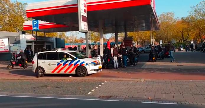 Politie bij de Avia, waar de groep stond te tanken.