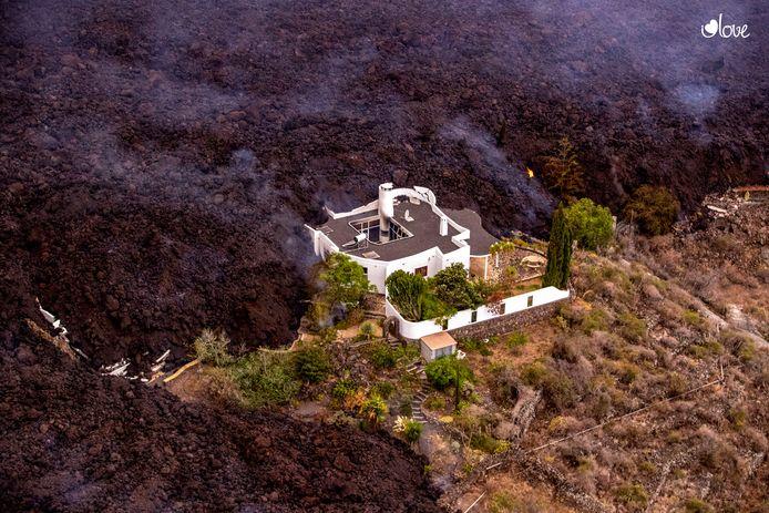 Un flusso di lava da un'eruzione vulcanica si è fermato.  Il secondo flusso di lava si sta muovendo lentamente.  Il ruscello è largo 500 metri di fronte.