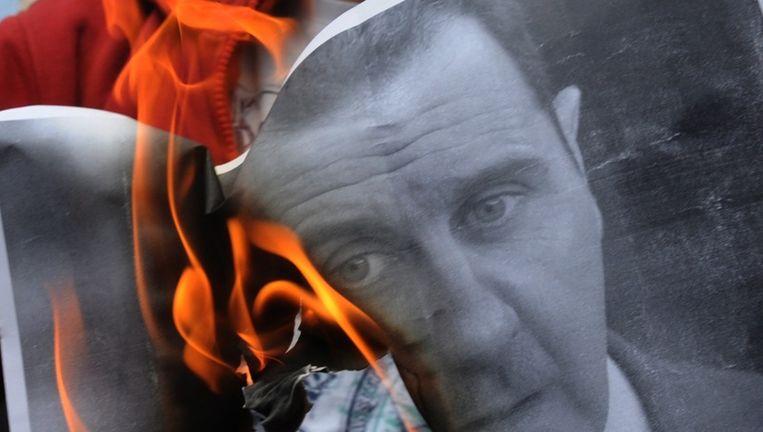 Ook buiten Syrie wordt gedemonstreerd tegen de Syrische leider Assad, zoals hier in het Turkse Istanboel waar demonstranten een portret van Assad verbranden. Beeld afp