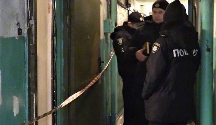 De politie bij het appartement waar de dader zijn date op een lugubere verrassing trakteerde.
