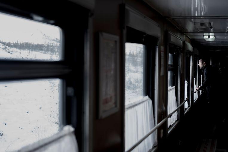 De trein gaat elke dag wel door een andere tijdzone.Sommige passagiers zijn al zeven tijdzones verder,  dus het ritme tussen dag en nacht is een grijs gebied.  Beeld Fabian Hahne