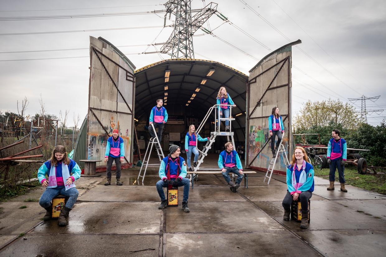 De carnavalsbouwers van CV Geen idee voor hun lege 'Nishut' waar ze normaal gesproken aan hun wagen werken.