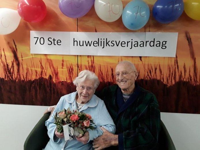 Gabriella Wylin (101) en Oscar Van den Driessche (94) waren dinsdag 70 jaar getrouwd. Een verjaardag in mineur, want ze verblijven momenteel allebei op de corona-afdeling van het AZ Delta in Roeselare.