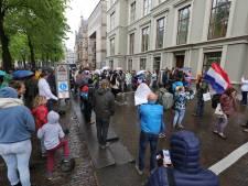 Demonstranten lappen coronamaatregelen aan laars tijdens protest tegen lockdown