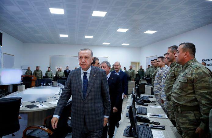 De Turkse president Recep Tayyip Erdogan brengt een bezoek aan het leger.