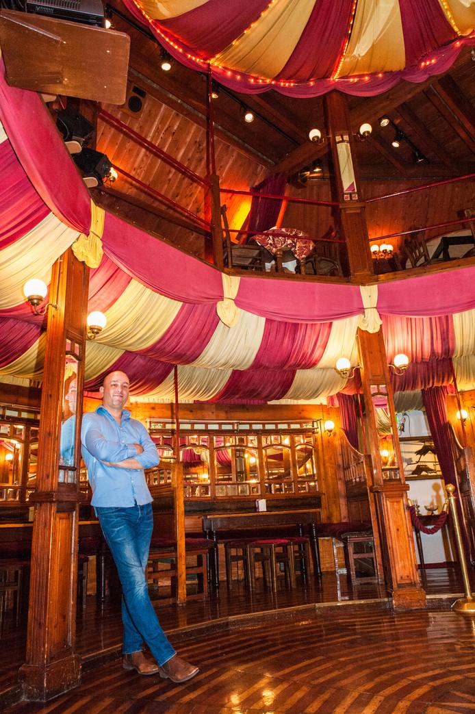 Jean-Paul Rutjes, eigenaar van de Spiegeltent aan de Turfmarkt in Gouda: ,,Het is een bijzondere ruimte doordat er geen ramen in zitten. Je kunt buiten niet zien wat er binnen is, en andersom. Dat maakt het intiem en geheimzinnig.''