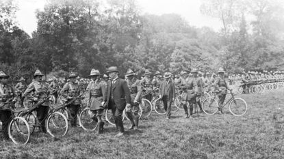 Wielertoeristen herdenken korps cyclisten