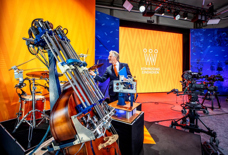 Burgemeester John Jorritsma van Eindhoven bekijkt op de High Tech Campus de studio waar de koninklijke familie dinsdag Koningsdag viert. Beeld Raymond Rutting / de Volkskrant