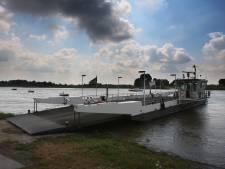 Opheusdense Veer uit de vaart nu water in Nederrijn hoogste stand bereikt