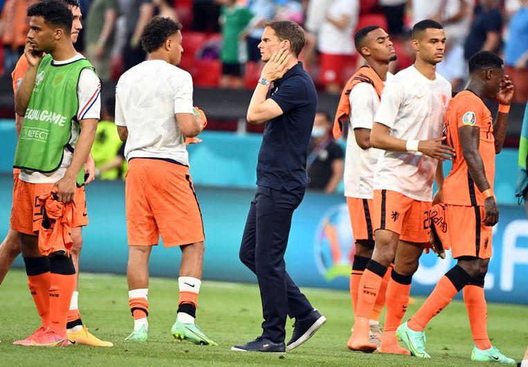 Frank de Boer (midden) deelt in het Oranje-verdriet. Beeld EPA