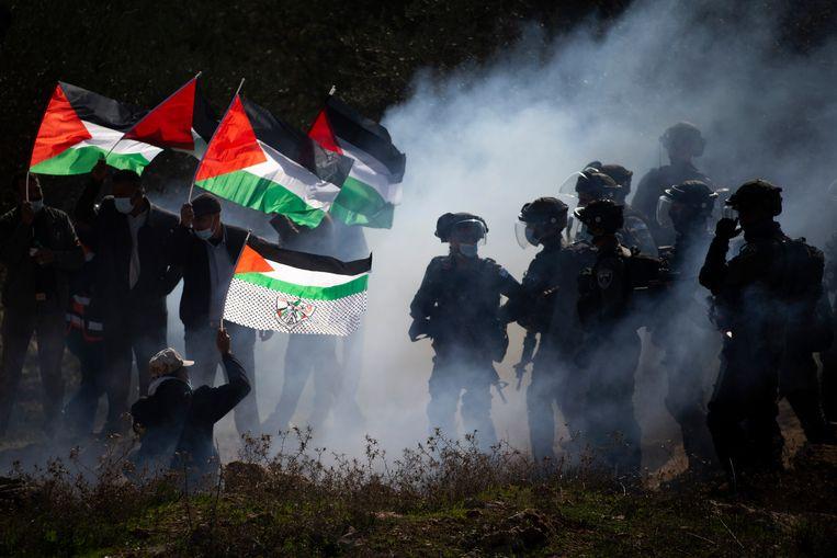 Palestijnen demonstreerden vorig jaar bij de stad Salfit op de Westelijke Jordaanoever tegen de uitbreiding van Joodse Israëlische nederzettingen in het gebied. Volgens Human Right Watch hebben Palestijnen bijvoorbeeld minder bewegingsvrijheid dan Israëliërs. Beeld AP