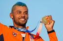 Kiran Badloe liet zich huldigen - onder anderen door de waterpolosters - in het olympisch dorp.