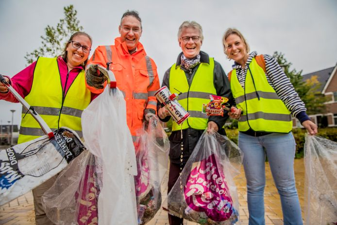 Burgemeester John Berends (tweede van rechts), Maaike Moulijn (links, PVDD), VVD'er Roel van Swam en Gasper-Rothengatter (GroenLinks) tonen het afval dat ze in Zuidbroek hebben verzameld.