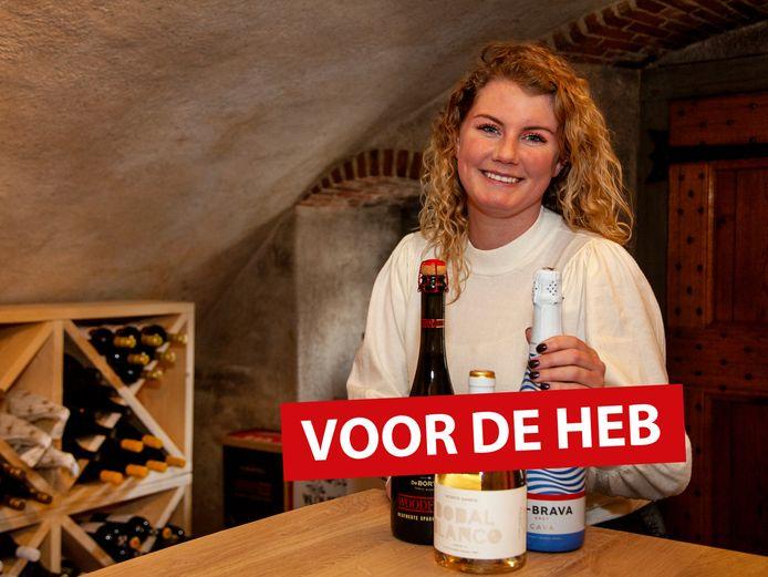 Roos van der Woude in haar wijnwinkel in de kelder van Het Wapen van Linschoten.