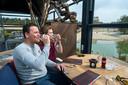 André en Regina Gummels genieten van een rosé op het terras van brasserie De Berk in Bergen op Zoom.