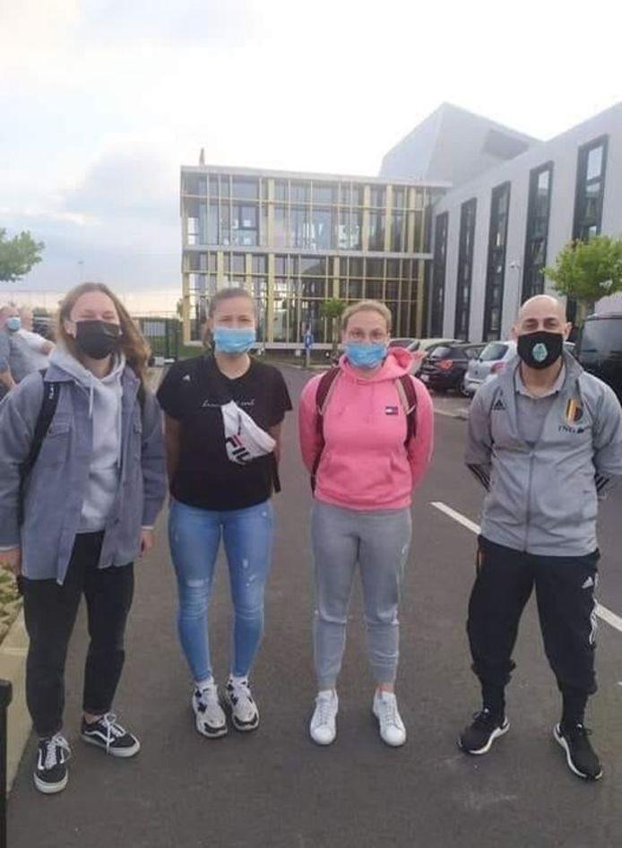 Nena Suet, Chelsea Godier, Morgane Wijns en keeperstrainer Edward Bzdak vertegenwoordigden Halle-Gooik in Gibraltar.