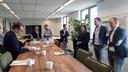 Wethouder Harry van Hal (links) tekent de overeenkomst voor de duurzame herinrichting van het Mgr. Bekkersplein in Haaren. Dat gebeurt onder toeziend oog van onder anderen vertegenwoordigers van de bedrijven Dolmans Landscaping Group uit Haaren, Van der Zanden uit Moergestel en adviesbureau SOOH uit Tilburg.