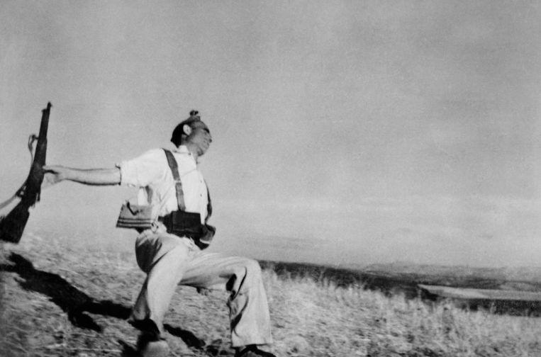 Een republikeinse soldaat wordt geraakt door een kogel op het moment dat Robert Capa een heroïsch portret van hem wilde maken in Córboda, Spanje, 1936. Beeld Hollandse Hoogte