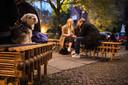 Gasten zitten buiten op verwarmde radiatoren bij een restaurant in de Berlijnse wijk Prenzlauer Berg.