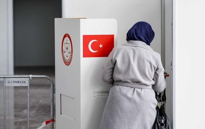 Stemgerechtigde Turken kunnen in het Haagse GIA Exhibition Center stemmen voor of tegen meer bevoegdheden voor president Erdogan.