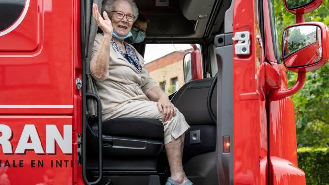 """Denise (81) ziet ultieme wens in vervulling gaan: """"Geweldig om nog een keer met vrachtwagen te kunnen rijden"""""""