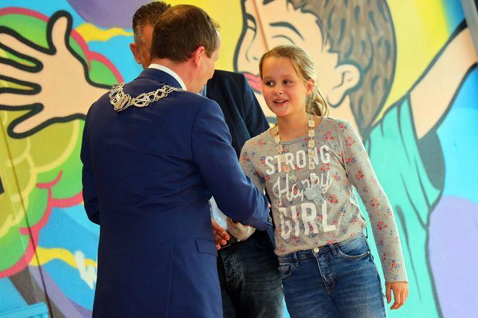 Iris Brom wordt geïnstalleerd als kinderburgemeester van Valkenswaard door burgemeester Anton Ederveen.