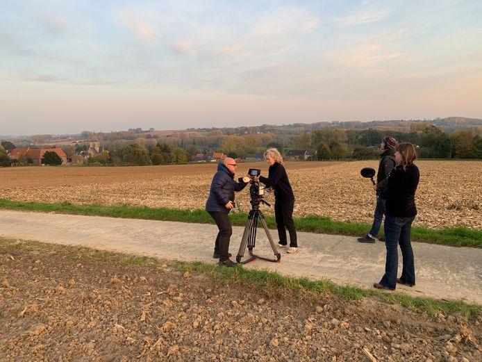 Nederlandse Tv filmt dorp, kerk en landschap van Rozebeke voor de documentaire en filosofisch portret in de reeks MENSCH.