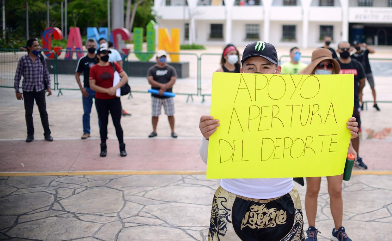 In Cancún, op Yucatán, demonsteren Mexicanen voor de heropening van fitnesscenters en spa's. Beeld Getty Images