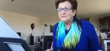 Joke (70) vrolijkt Nederland op vanachter haar keyboard: 'We moeten niet in de put gaan zitten'