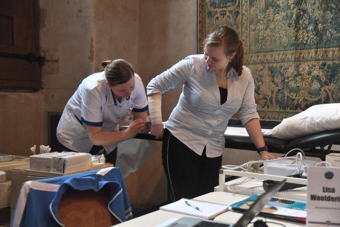 Links dokterassistente Lisa Woolderink (ROC van Twente) en rechts de 'patiënte' Kayleigh Marijs (Scalda).