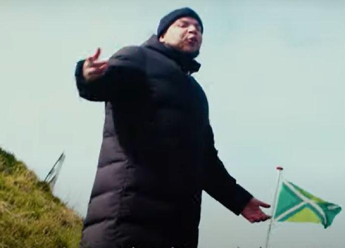 Amaro Borges bij een Achterhoek-vlag in de clip.