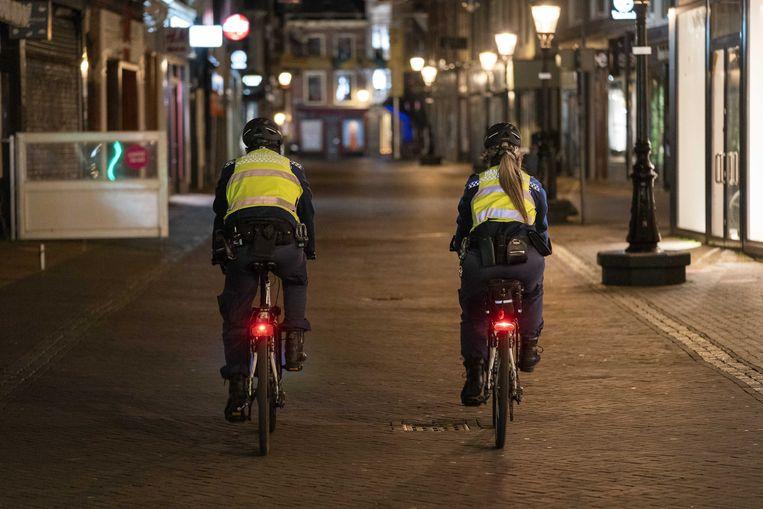 Handhavers in het centrum van Utrecht tijdens de lockdown. Beeld ANP